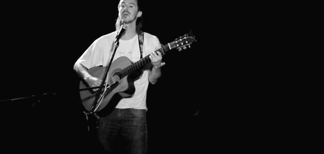 Jueves 25 de septiembre a las 21.30hs.- Santiago Cossarini nos da sus canciones y su...